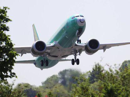 Um avião da família B737 Max decolando de Renton, Washington.