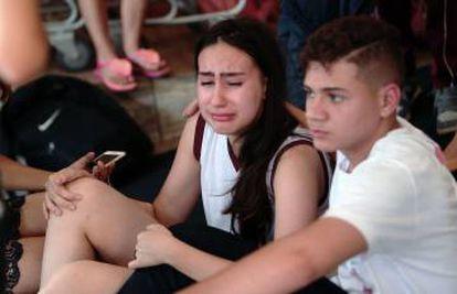 Estudantes choram após ataque na escola em Goiânia.