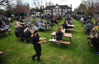 Clientes do pub Fox on The Hill, no sul de Londres, em uma área externa em 12 de abril.