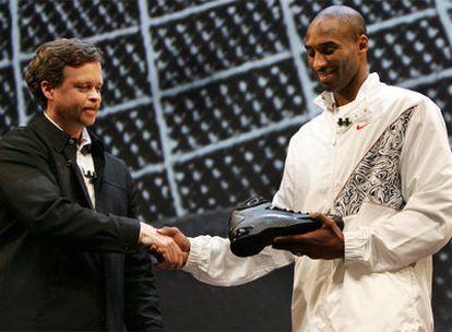Mark Parker, presidente da Nike, e Kobe Bryant durante a apresentação do tênis Hyperdunk em 2019.