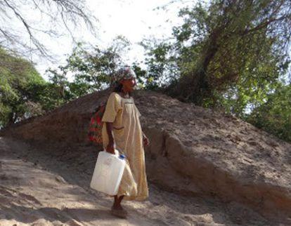 Uma mulher da tribo Wayúu vai buscar água.