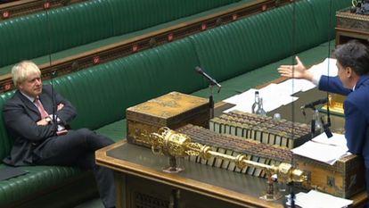 Boris Johnson ouve o porta-voz trabalhista, Ed Miliband, nesta segunda-feira, na Câmara dos Comuns.