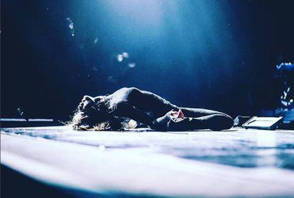 O fim da princesa mais observada do planeta. Esta foto de Selena Gomez caída sobre o placo foi a última que a cantora compartilhou no seu Instagram, há três semanas. Depois, anunciou que interrompe temporariamente sua carreira.