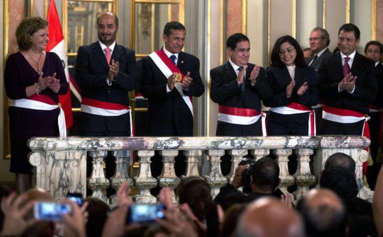 Humala, o terceiro da esquerda, com seus novos ministros.