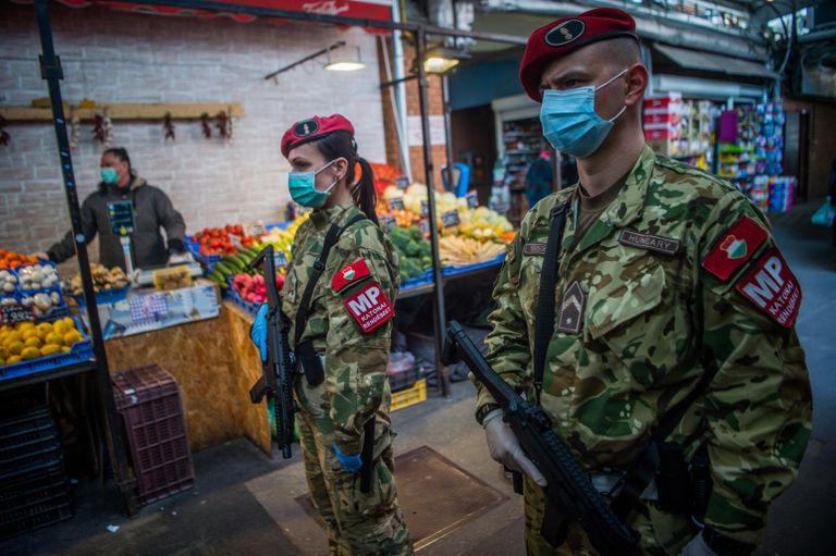 Policiais militares patrulham um mercado de Budapeste, nesta terça-feira.