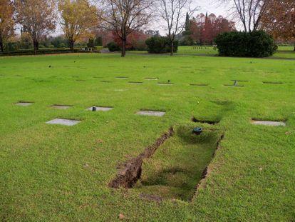 O túmulo de Jorge Rafael Videla em maio de 2013, dias depois de seu sepultamento no cemitério Memorial de Pilar.