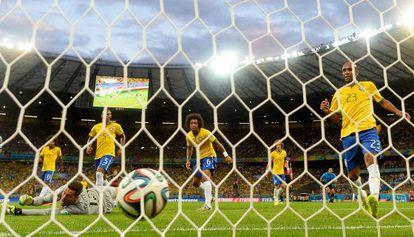 A defesa brasileira em um dos gols da Alemanha.