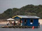 People are partying in an illegally rented houseboat, located on the Negro River in Manaus. Due to the increase in new cases of contamination by the Corona Virus, the government of Amazonas decreed the closure of bars, nightclubs and beaches in the state. Bruno Kelly / El Pais.