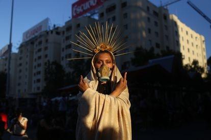 Manifestante faz uma apresentação artística em Santiago durante as comemorações do Dia Internacional da Mulher, em 8 de março.