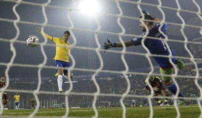 Firmino faz o segundo gol brasileiro conta a Venezuela.