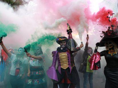 Um grupo de pessoas durante o desfile de La Catrina, no dia 22 de outubro na Cidade de México. A caveira Catrina, originalmente 'Cavalera Garbancera', criada por José Guadalupe, é atualmente a imagem mais representativa do Dia dos Mortos, uma festividade indígena mexicana que honra aos ancestrais durante os dias 1 e 2 de novembro.