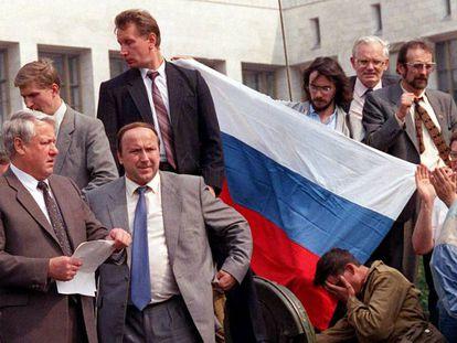 Boris Yeltsin se dirige à multidão do alto de um tanque em Moscou durante a tentativa de golpe de Estado de agosto na URSS.