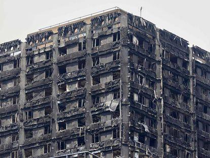 A torre Grenfell Tower em Kensington após o incêndio (Londres).