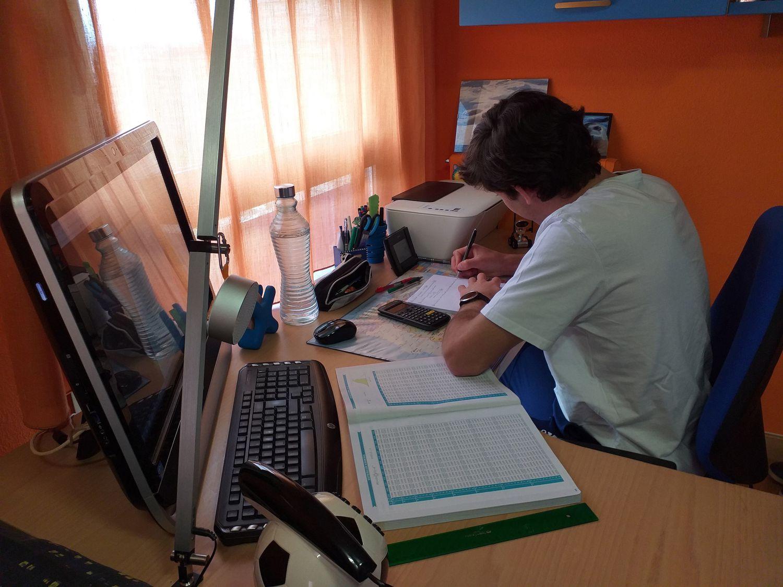 Estudante se prepara para um exame em sua casa, durante a crise da covid-19.