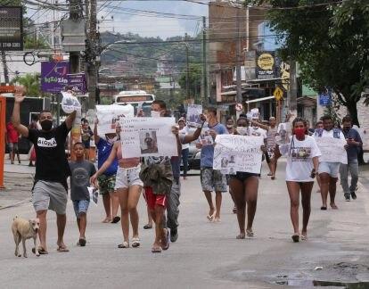 Moradores do bairro Castelar em Belford Roxo fazem protesto na porta da DHBF cobrando resposta da polícia pelo desaparecimento de três crianças que sumiram no bairro de Areia Branca, também em Belford Roxo.