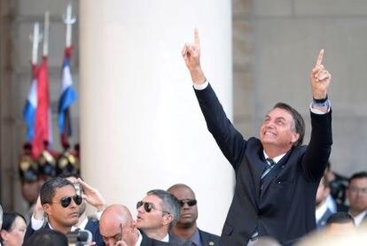 O presidente do Brasil, Jair Bolsonaro, chega à cerimônia de posse de Lacalle Pou.