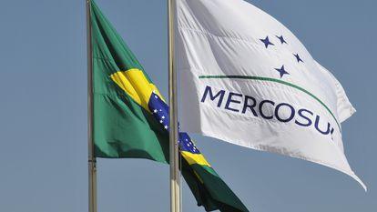 Bandeiras do Brasil e do Mercosul, que completa 30 anos.