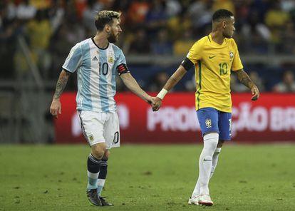 Messi e Neymar na última vez que se enfrentaram num jogo oficial de seleções, em 2016.