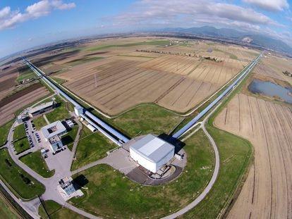 Vista aérea do interferômetro de Virgo com seus dois braços de três quilômetros de extensão, em Cascina (Itália).