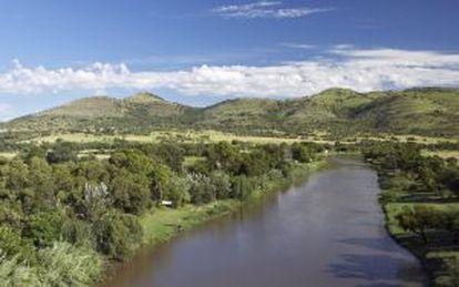 Rio Crocodilo e, ao fundo, a cordilheira de Magaliesburg, na África do Sul.