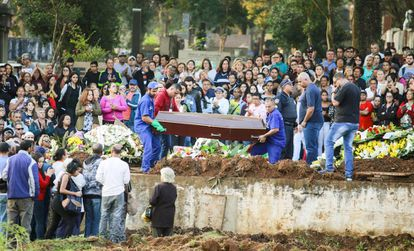Familiares e amigos acompanham o sepultamento dos corpos do ator Rafael Henrique Miguel e de seus pais, João Alcisio Miguel e Miriam Selma Miguel, na zona sul de São Paulo.