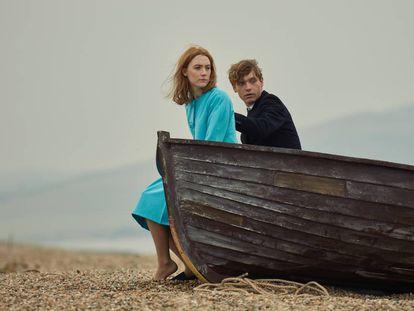 Saoirse Ronan e Billy Howle, em 'Na Praia'.