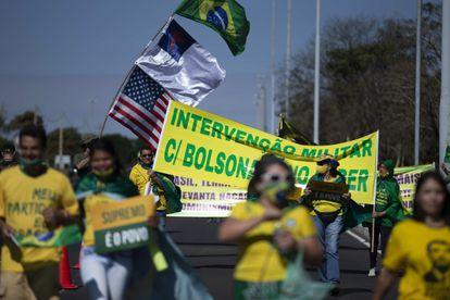 Manifestantes pedem intervenção militar com Bolsonaro no poder durante ato em Brasília no dia 28.