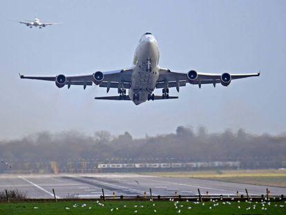 Avião decolando, em imagem de arquivo.