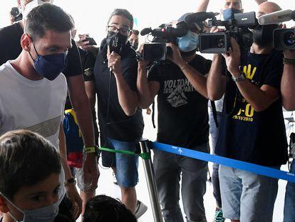 Leo Messi chega nesta terça-feira ao aeroporto de El Prat, vizinho a Barcelona, onde embarcou para Paris.