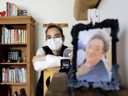 A assistente social Paola Falceta perdeu a mãe para a covid-19.