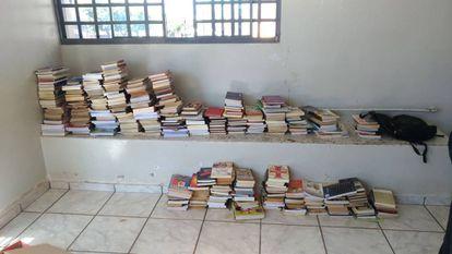 Livros recuperados na casa do adolescente