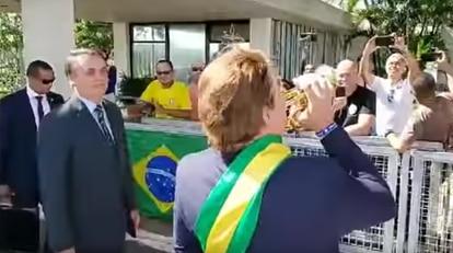 Bolsonaro com o humorista Carioca em frente ao Palácio da Alvorada, nesta quarta-feira.