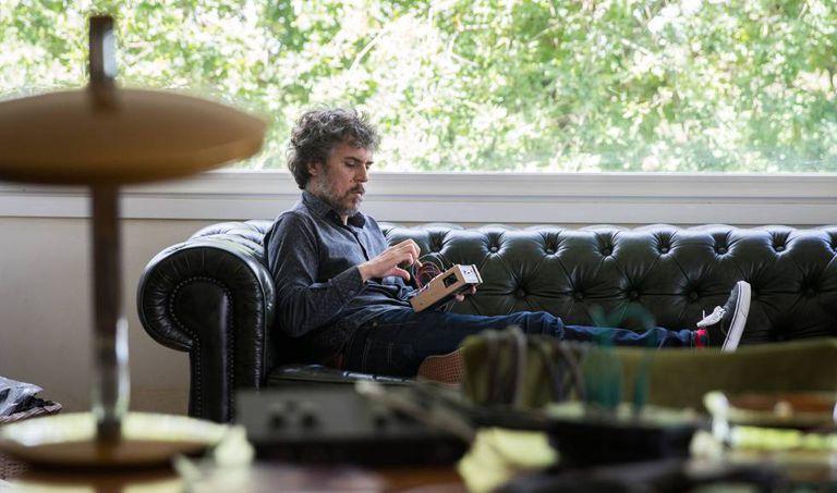 O músico Iván Ferreiro em seu estudo em Gondomar (Espanha).