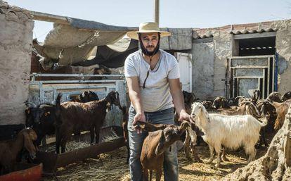 Mohamed Amine Attia produz queijo e requeijão de leite de cabra em Mellitta (Tunísia).