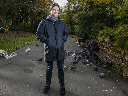 Mark O'Connell fotografado no parque St. Stephen's, em Dublin.