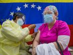 ACOMPAÑA CRÓNICA: VENEZUELA CORONAVIRUS - AME7891. CARACAS (VENEZUELA), 06/04/2021.- Una persona se vacuna durante una jornada de vacunación, el 26 de marzo del 2021, en un hospital público, en Caracas (Venezuela). Agobiados por las facturas médicas que genera la lucha contra la covid-19, decenas de personas en Venezuela están recurriendo a las redes sociales para solicitar medicinas y ayuda monetaria, en medio del incremento de los contagios y las muertes por el virus SARS-COV-2, que no dejan de escalar en el país caribeño. EFE/ Miguel Gutiérrez