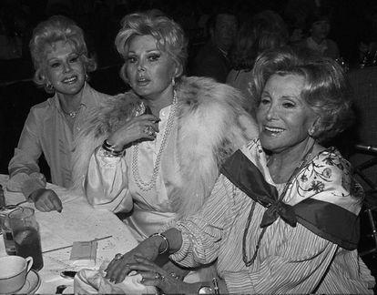 Zsa Zsa Gabor (centro), com sua irmã Eva (esquerda) e sua mãe, Jolie.