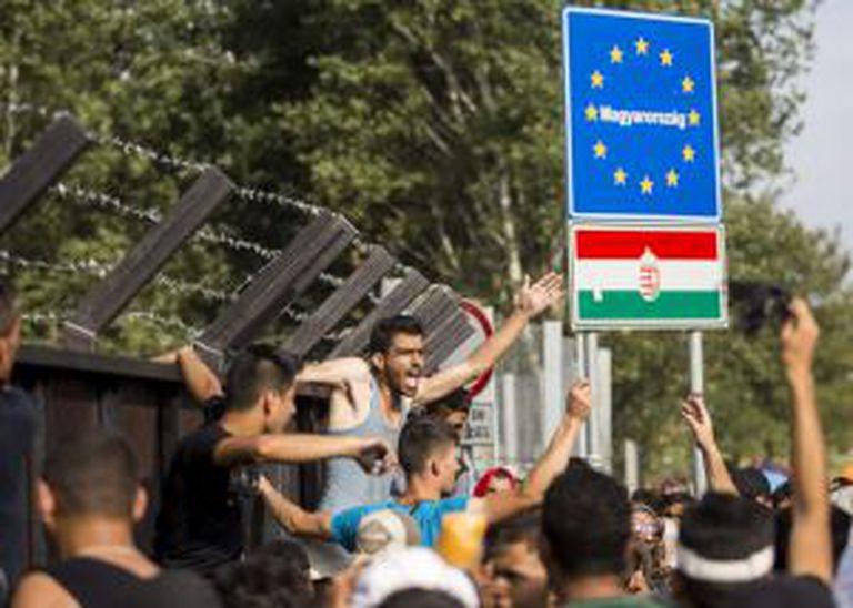 Mais de mil refugiados permaneciam na noite de terça-feira no limite entre a Sérvia e a Hungria à espera de que as autoridades húngaras abrissem passagem, apesar do fechamento da fronteira.
