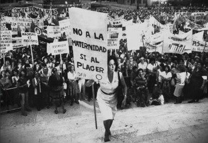 """Em 8 de março de 1984, a feminista María Elena Oddone se manifestou com um enorme cartaz em que se lia: """"Não à maternidade, sim ao prazer""""."""