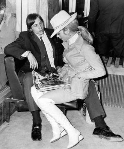 Johan Cruyff e sua esposa, Danny Coster, em 1973, compartilhando poltrona e revista, como se construíam os grandes amores antes da Internet.
