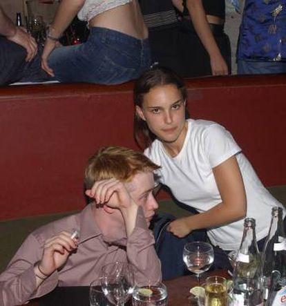 Macaulay Culkin e Natalie Portman em uma festa em 2002.