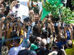 30 April 2020, Brazil, Porto Alegre: Brazilian President Jair Bolsonaro greets supporters crowding outside the Southern Military Command headquarters in Porto Alegre. Photo: Fernando Alves/TheNEWS2 via ZUMA Wire/dpa   30/04/2020 ONLY FOR USE IN SPAIN