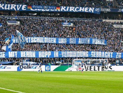 Pancarta contra Hopp en el campo del Schalke.