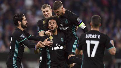 Isco, Kroos, Ramos e Vazquez comemoram com Marcelo primeiro gol do Real, marcado pelo brasileiro.