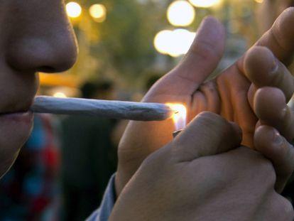 Jovem fumando maconha.