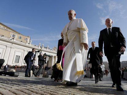 O Papa acompanhado por Domenico Giani, então chefe de segurança do Vaticano, em 2015.
