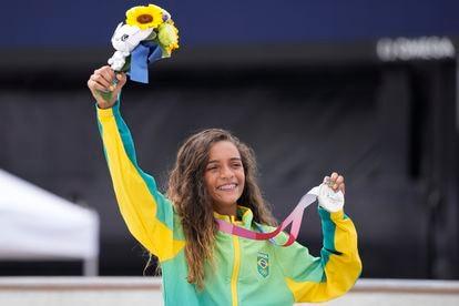 Rayssa Leal ergue sua medalha de prata, conquistada no skate street