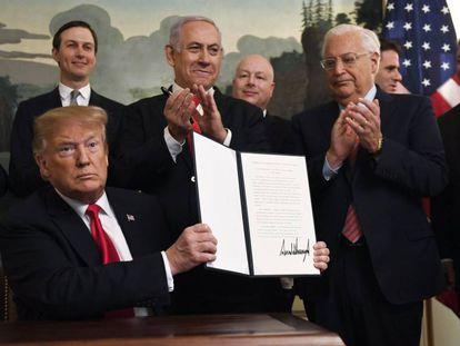 Donald Trump mostra sua assinatura após o encontro com Netanyahu.