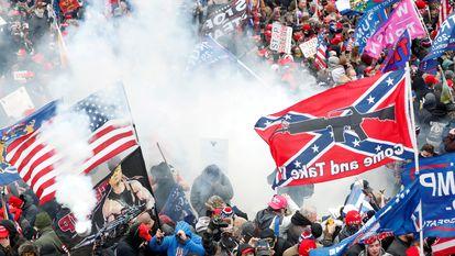 Apoiadores de Trump durante o ataque ao Capitólio no dia 6 de janeiro de 2021.