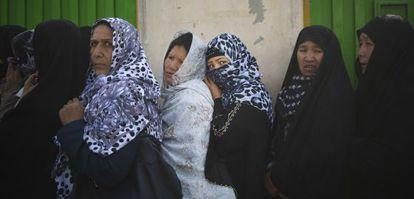 Afegãs se inscrevem para votar em uma escola de Cabul.